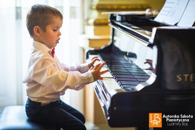chłopiec gra na fortepianie